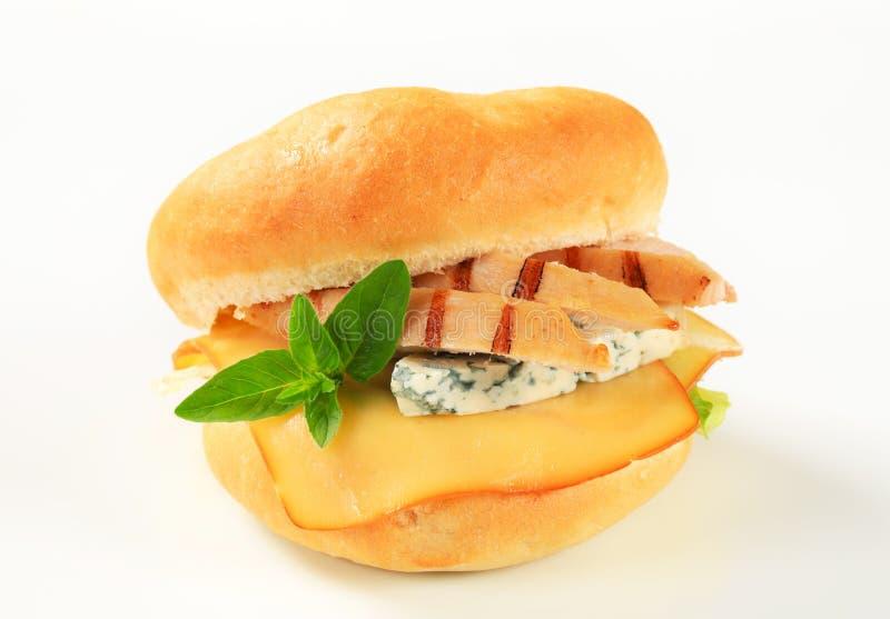 Kip en kaassandwich stock foto's