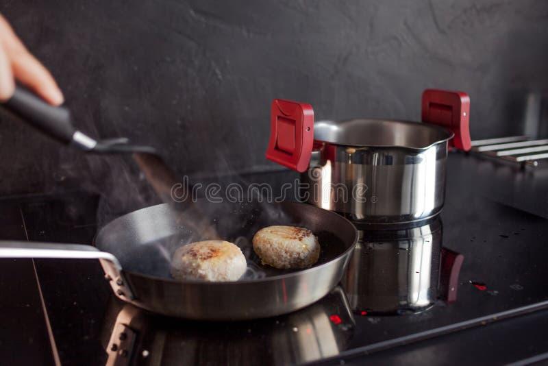 Kip fijngehakte koteletten, kokend diner thuis, Gezond voedsel stock afbeeldingen