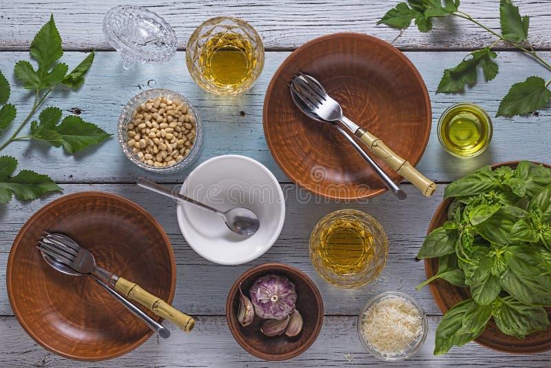 Kip, garnalen, penne, broccoli, spinazie, courgette, groene veganist, vegetarisch, gezond, basilicum royalty-vrije stock fotografie