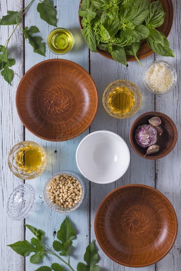 Kip, garnalen, penne, broccoli, spinazie, courgette, groene veganist, vegetarisch, gezond, basilicum royalty-vrije stock foto