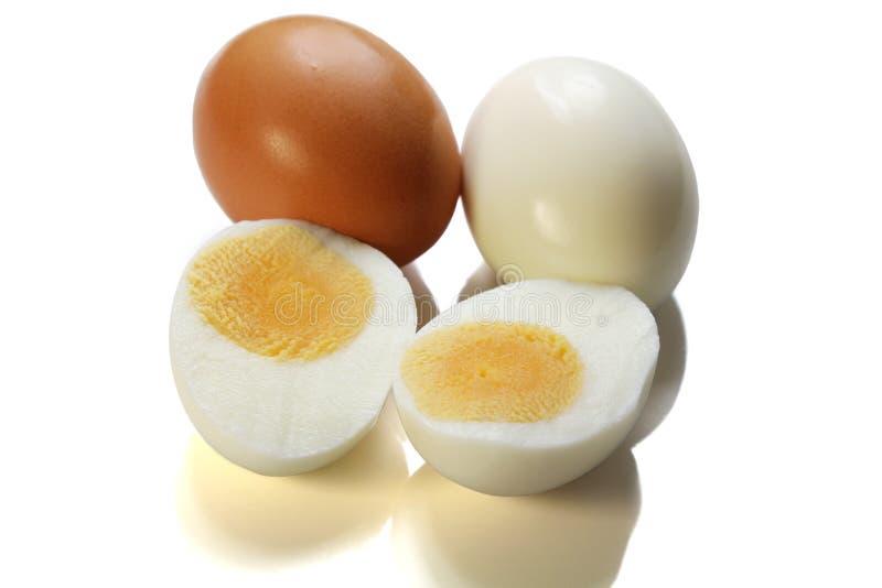 Kip gekookt die ei op witte achtergrond wordt geïsoleerd royalty-vrije stock foto