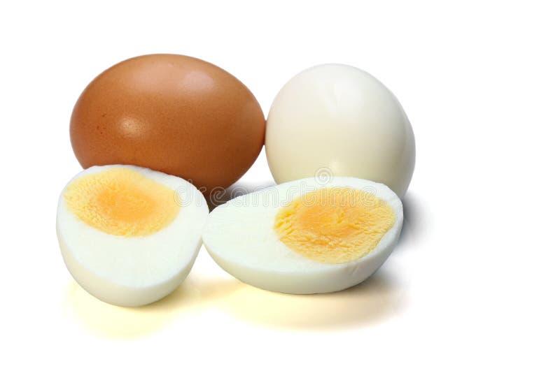Kip gekookt die ei op witte achtergrond wordt geïsoleerd royalty-vrije stock afbeeldingen