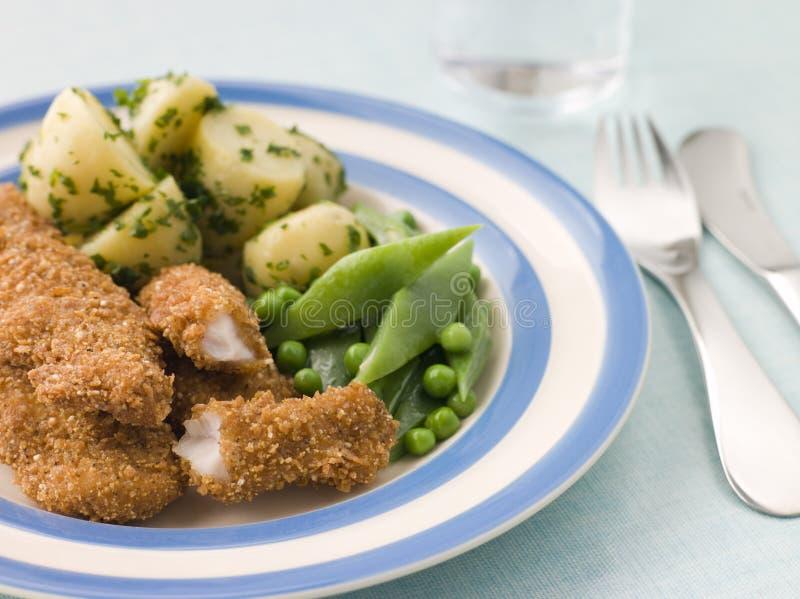 Kip Goujons met de Beboterde Nieuwe Aardappels van het Kruid royalty-vrije stock afbeelding