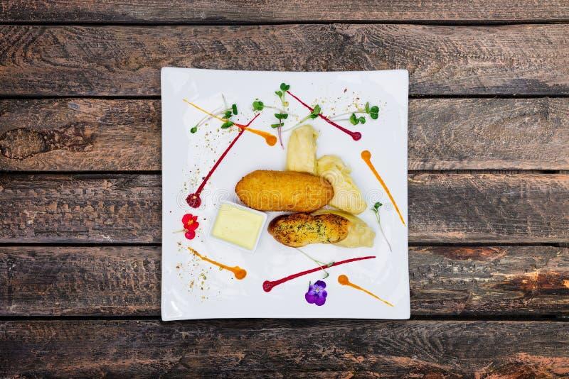 Kip Kiev met fijngestampte aardappel op een witte plaat stock fotografie