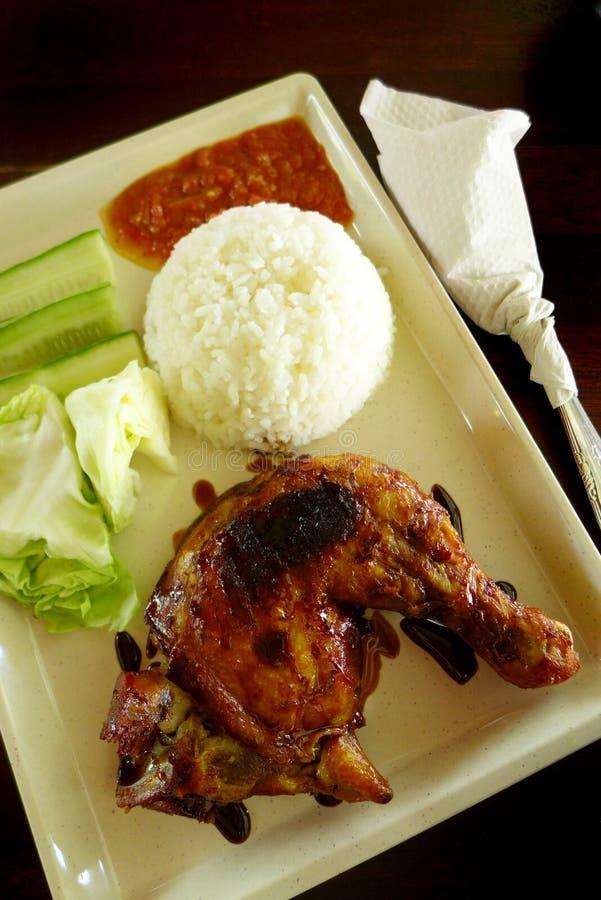 Kip Lalapan - geroosterde kip & ruwe salade stock afbeelding