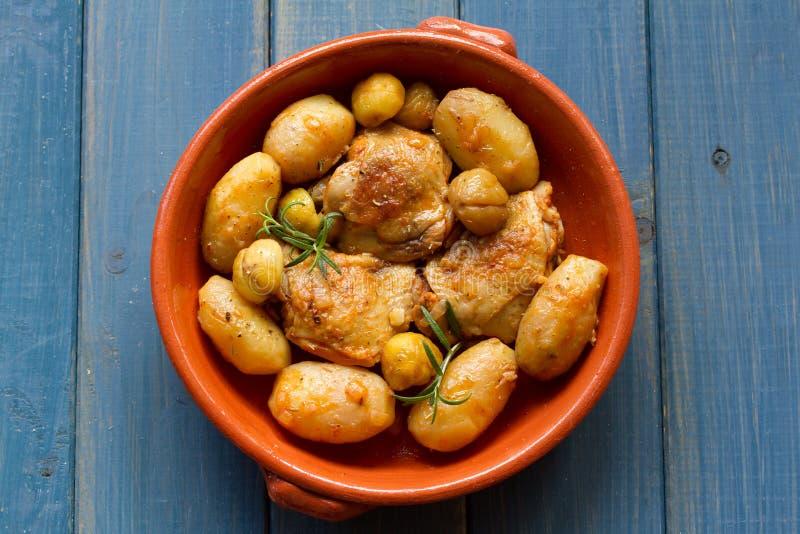 Kip met aardappel en kastanjes stock foto
