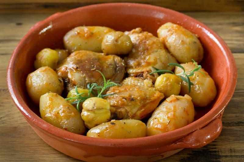 Kip met aardappel en kastanjes royalty-vrije stock foto's