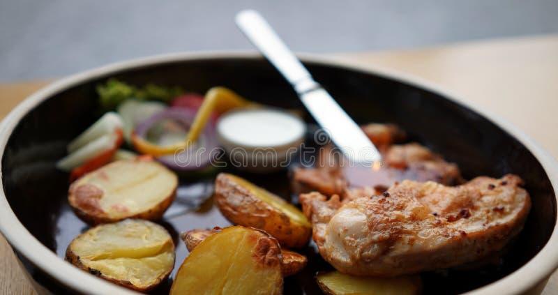 Kip met aardappels royalty-vrije stock foto