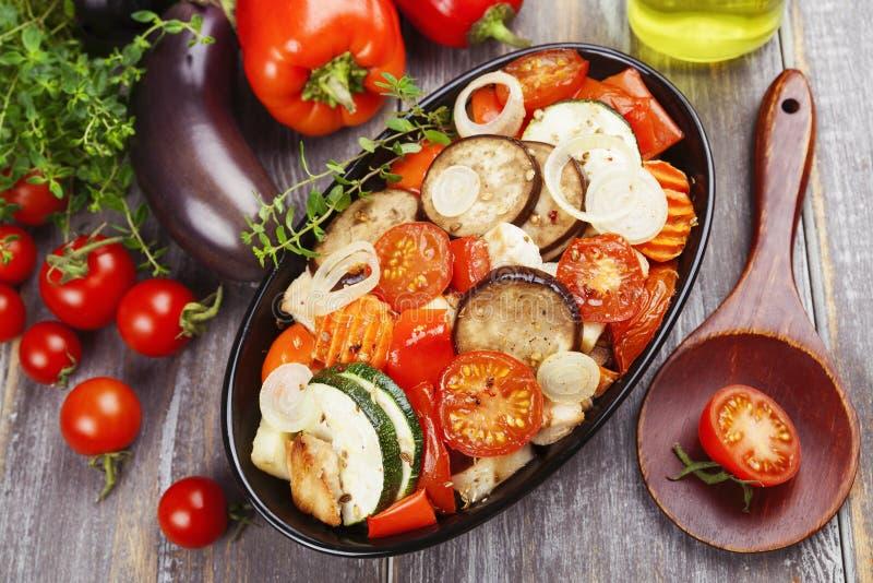 Kip met groenten wordt gebakken die stock afbeeldingen