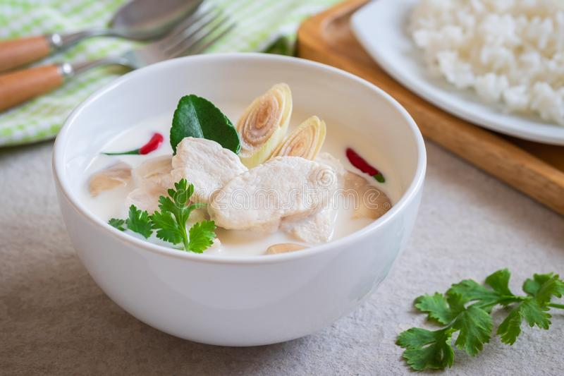 Kip met kokosmelksoep en rijst op plaat, Thais voedsel Tom Kha Kai stock fotografie