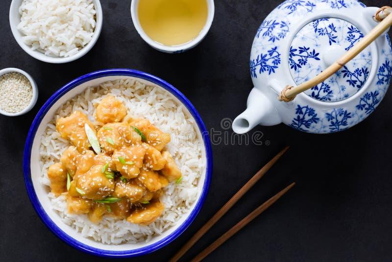 Kip met rijst, sesamzaden en groene thee Chinese keuken royalty-vrije stock fotografie