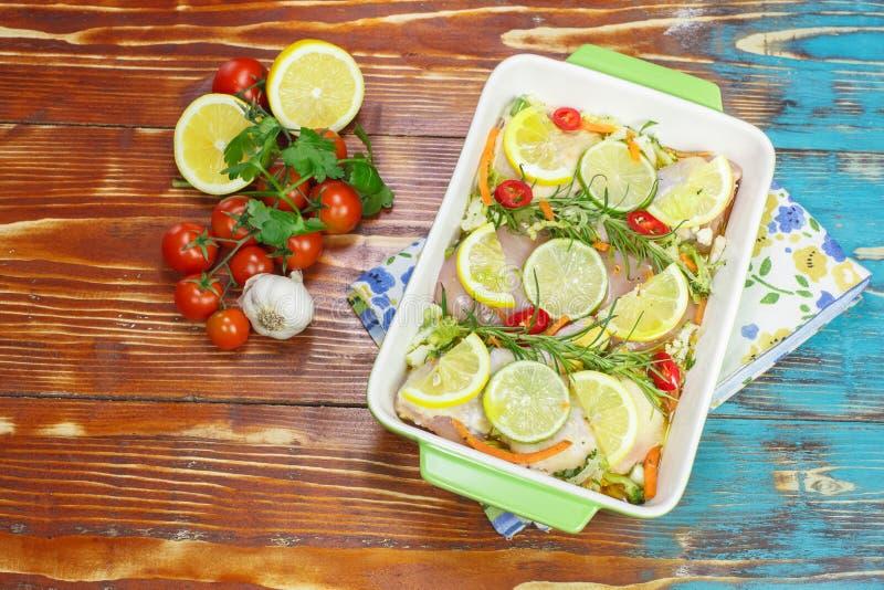 Kip met rozemarijn en citroen stock foto's