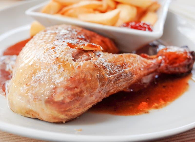 Download Kip Met Saus En Gouden Frieten Stock Afbeelding - Afbeelding bestaande uit voedsel, restaurant: 39108171