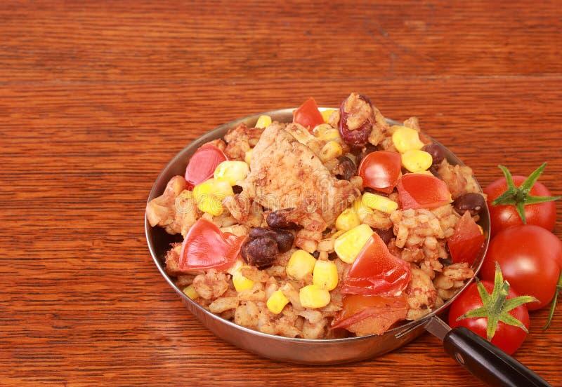 Kip, ongepelde rijst en bonen stock foto