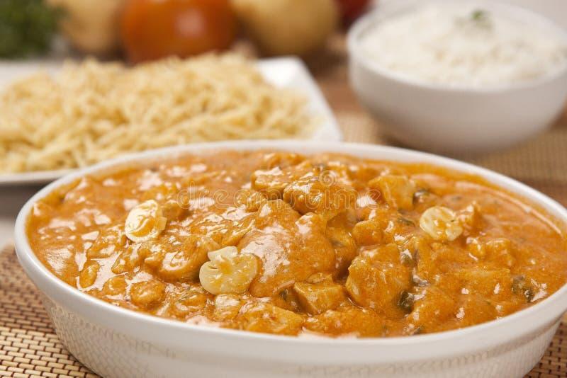 Kip strogonoff met gebraden gerechten en rijst, ingrediënten in backg stock foto's