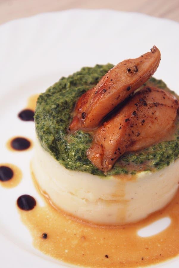 Kip zoet-zuur met witte Rijst en Spinaziesausclose-up op een plaat Verticaal beeld stock afbeelding