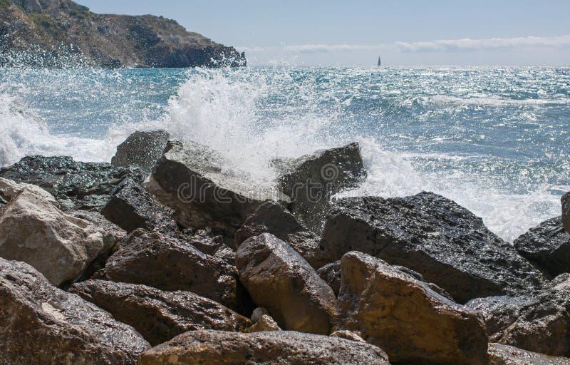 Kipiel i skalisty wybrzeże obraz stock