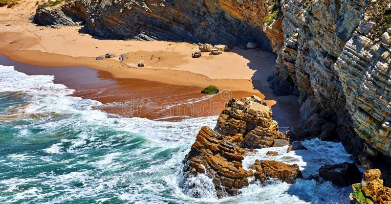 Kipiel przy brzegowym Atlantyckim oceanem z złotym zdjęcia royalty free