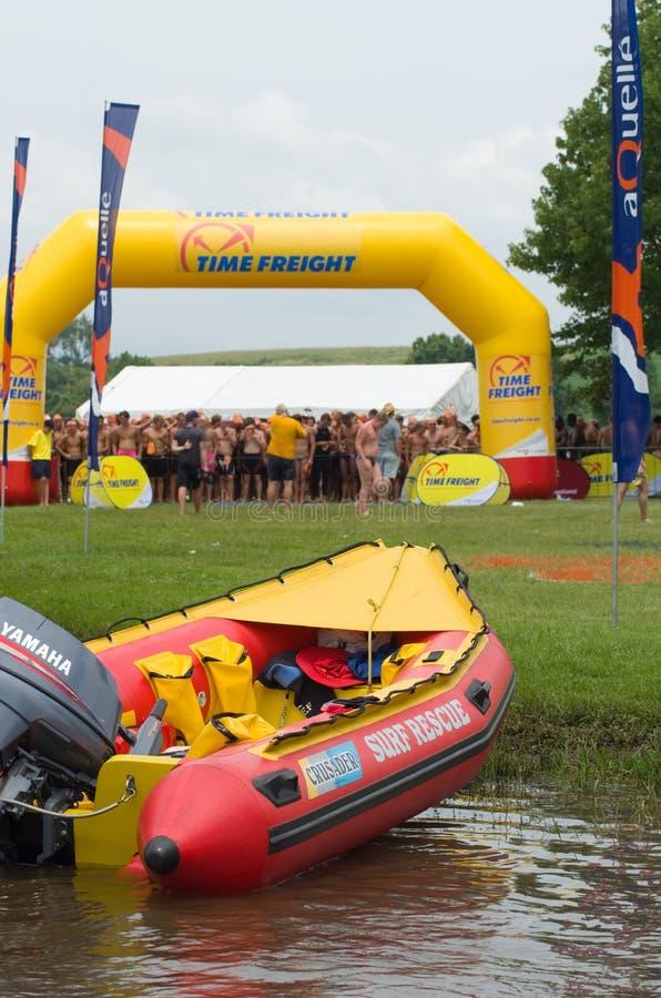 Kipiel ratuneku wody życia oszczędzania infatable łódź z 2013 Midmar Milowymi pływaczkami w tle fotografia royalty free