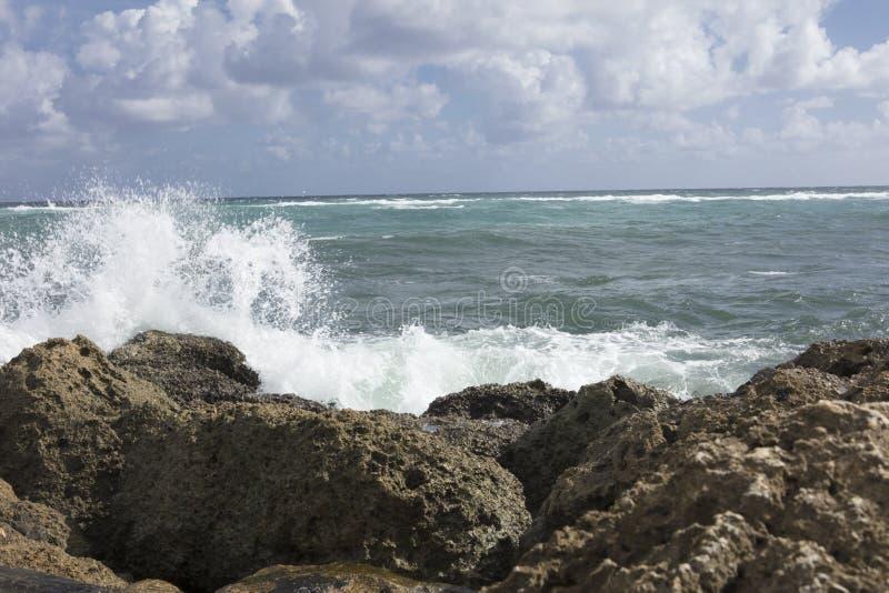 Kipiel Rozbija na Dennej ściany wpusta Południowym parku Boca Raton Floryda obraz stock