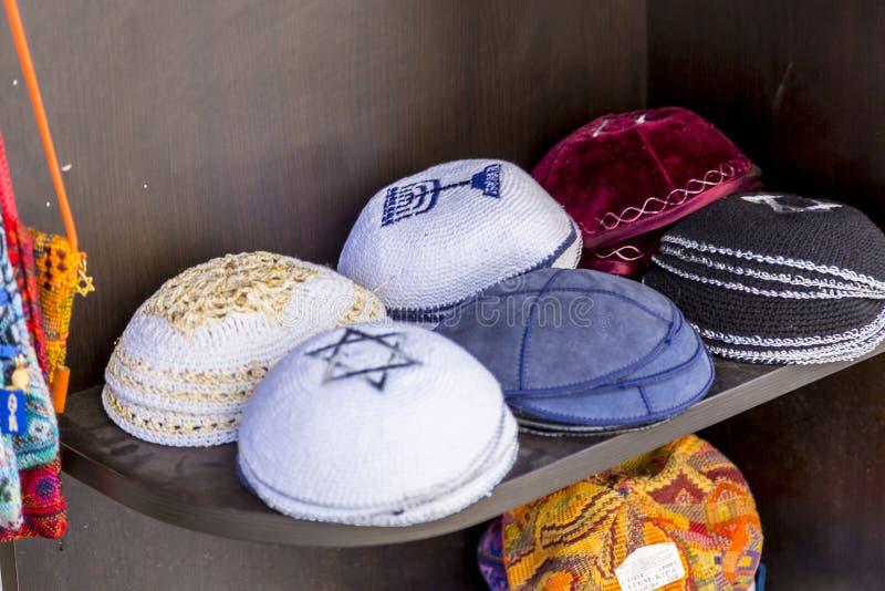 Kippahs ou yarmulkes tecidos fotos de stock