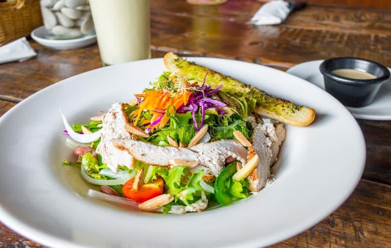 Kippen cesar salade die en klaar wordt gediend om te eten royalty-vrije stock foto's