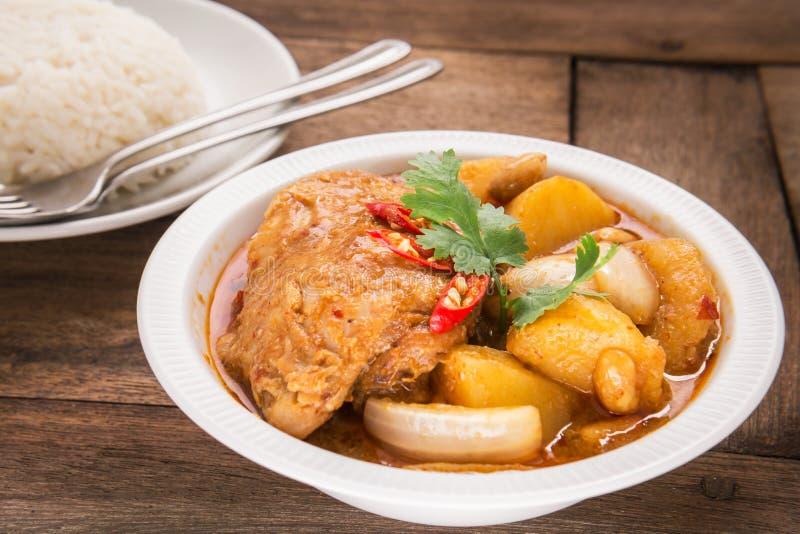 Kippen mussaman kerrie in kom en rijst stock afbeelding