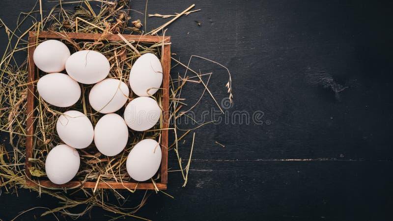 Kippen ruwe eieren in een houten mand royalty-vrije stock foto