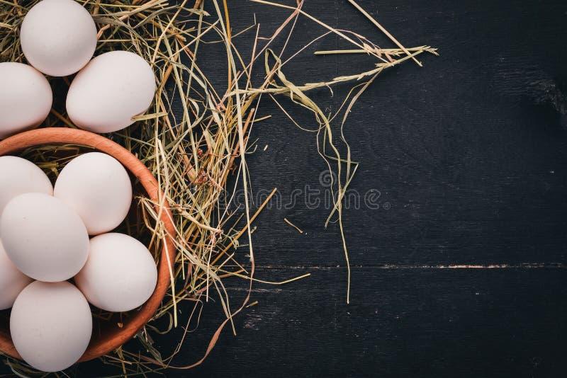 Kippen ruwe witte eieren Op een houten achtergrond royalty-vrije stock foto's