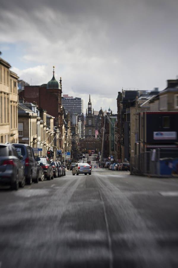 Kippen Sie Verschiebung einer Glasgow-Straße auf einem kalten Morgen lizenzfreie stockfotos