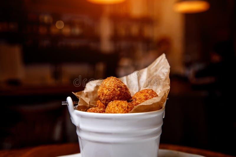 Kippenballen in het paneren Barachtergrond Biersnack stock foto