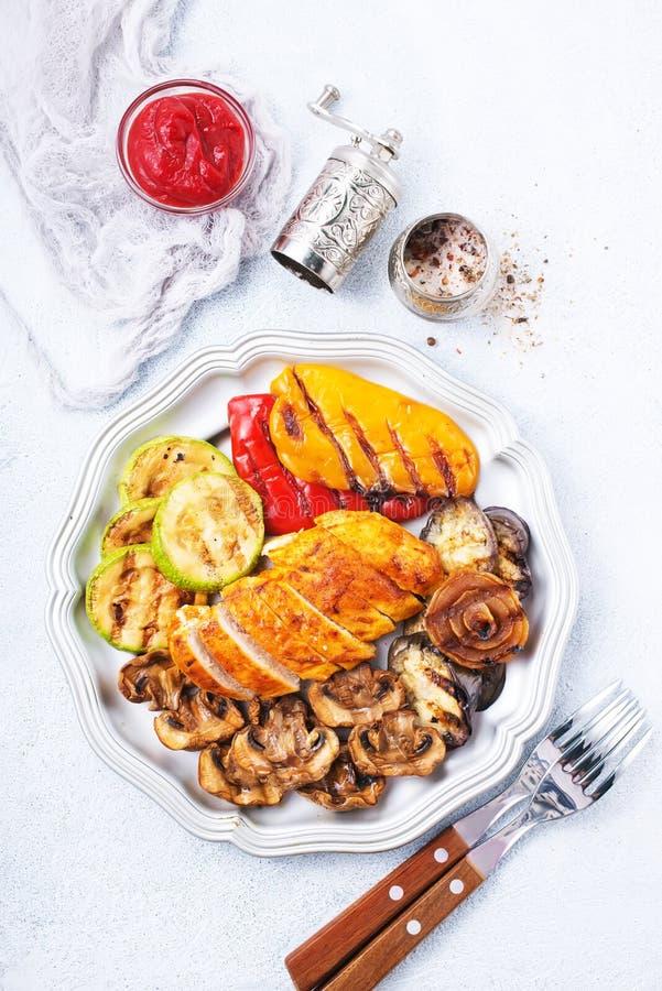 Kippenbarbecue en geroosterde groenten royalty-vrije stock foto's