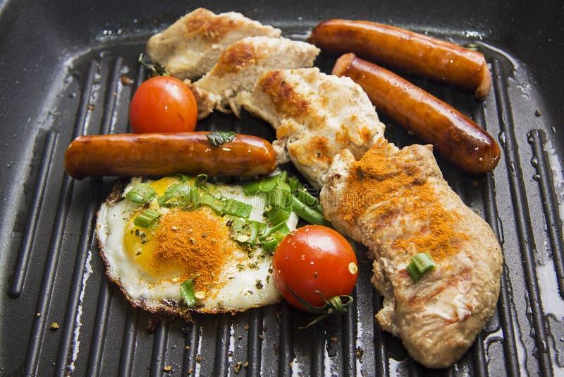 Kippenborst bij de grill met ei, worsten stock afbeeldingen