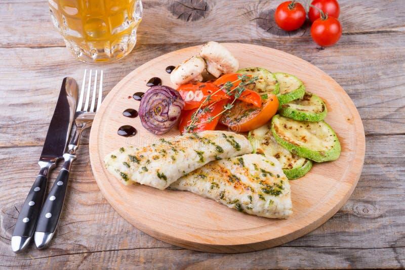 Kippenborst met geroosterde groenten stock afbeelding