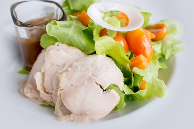 Kippenborst met groene groenten stock fotografie