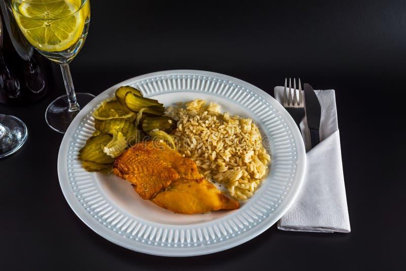 Kippenborst met witte rijst en ingeblikte komkommer, water met l stock afbeeldingen