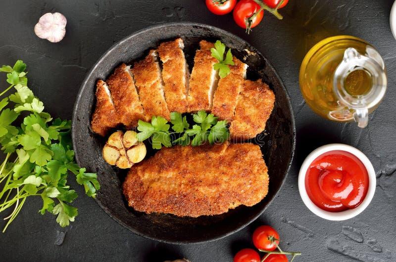 Kippenborst in pan, saus en kruiden stock afbeeldingen