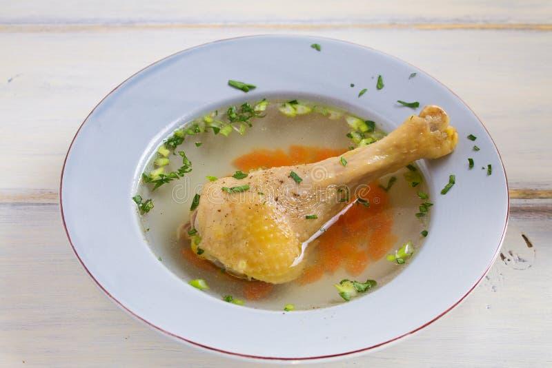 Kippenbouillon Soep met kip Voorraad, bouillon Gezond eigengemaakt voedsel, de stijl van het land stock foto's