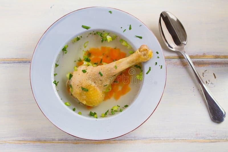 Kippenbouillon Soep met kip Voorraad, bouillon Gezond eigengemaakt voedsel, de stijl van het land royalty-vrije stock foto