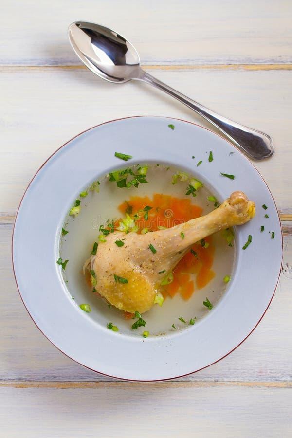 Kippenbouillon Soep met kip Voorraad, bouillon Gezond eigengemaakt voedsel, de stijl van het land royalty-vrije stock afbeeldingen
