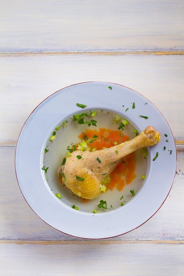 Kippenbouillon Soep met kip Voorraad, bouillon Gezond eigengemaakt voedsel, de stijl van het land royalty-vrije stock afbeelding
