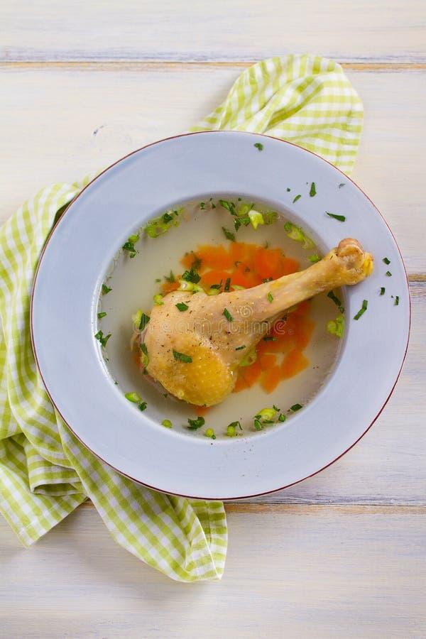 Kippenbouillon Soep met kip Voorraad, bouillon Gezond eigengemaakt voedsel, de stijl van het land stock fotografie
