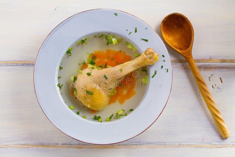 Kippenbouillon Soep met kip Voorraad, bouillon Gezond eigengemaakt voedsel, de stijl van het land royalty-vrije stock foto's
