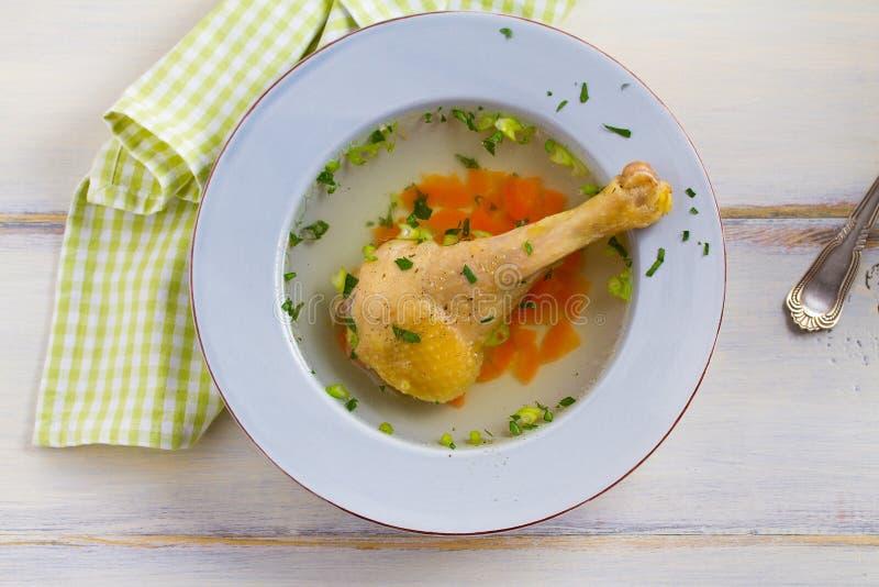 Kippenbouillon Soep met kip Voorraad, bouillon Gezond eigengemaakt voedsel, de stijl van het land stock afbeelding