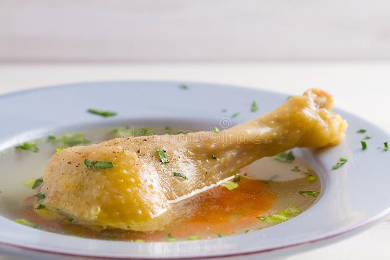 Kippenbouillon Soep met kip Voorraad, bouillon Gezond eigengemaakt voedsel, de stijl van het land stock afbeeldingen