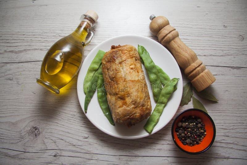 Kippenbroodje met aardappel en kruiden stock foto's