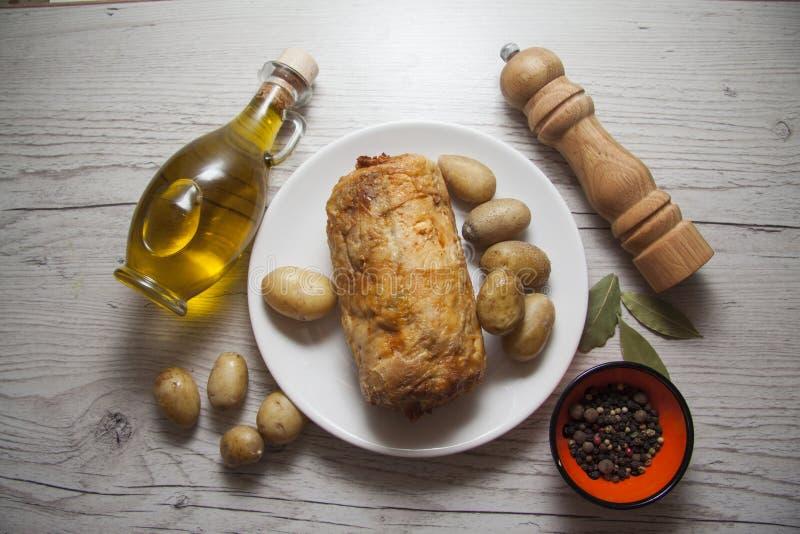 Kippenbroodje met aardappel en kruiden stock foto