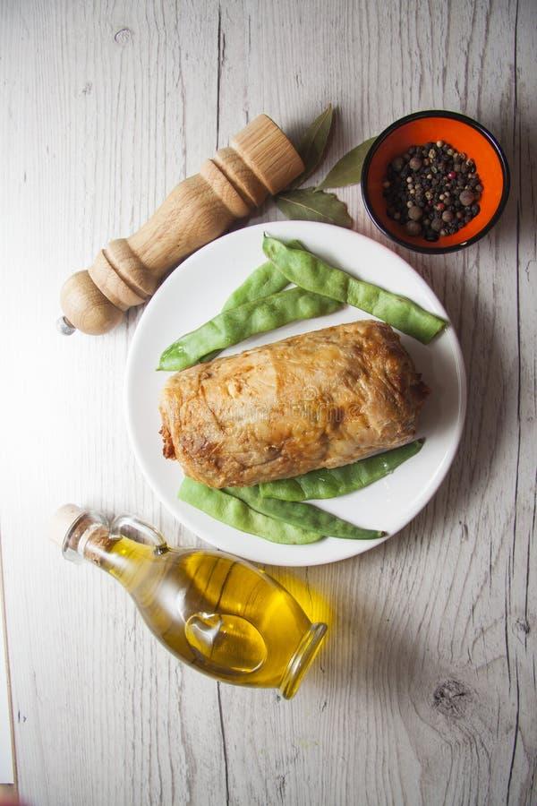 Kippenbroodje met aardappel en kruiden royalty-vrije stock fotografie
