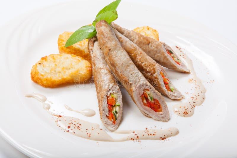 Kippenbroodje met groenten op een witte lijst stock afbeeldingen
