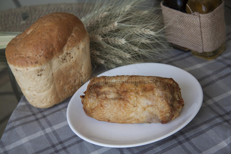 Kippenbroodje met tarwebrood royalty-vrije stock afbeelding